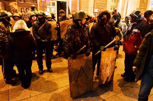 Перед зданием КГГА собрались люди в масках