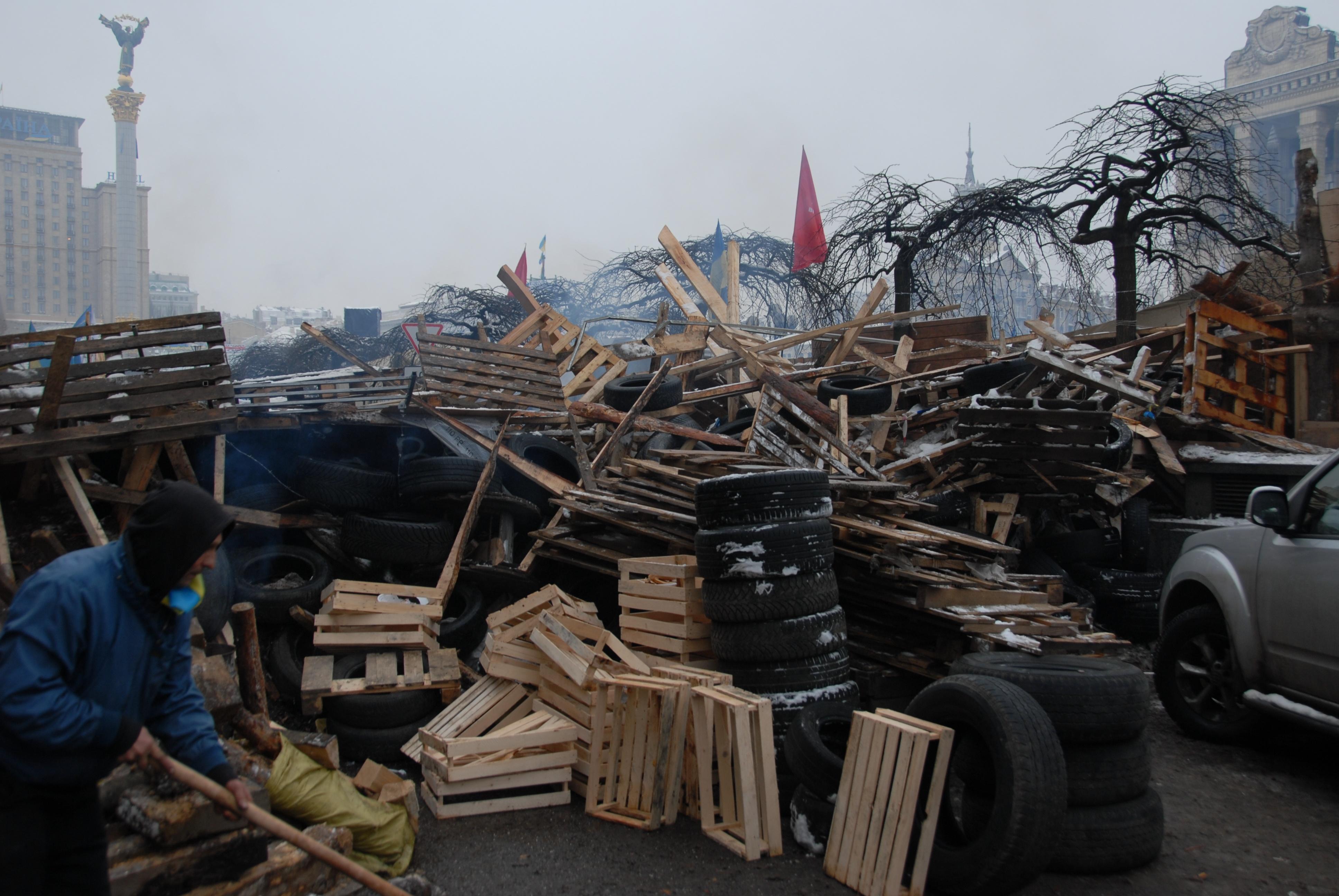 Завтра начнут убирать баррикады в Киеве
