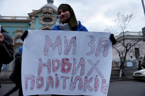 У Рады митингующие требуют перевыборов парламента