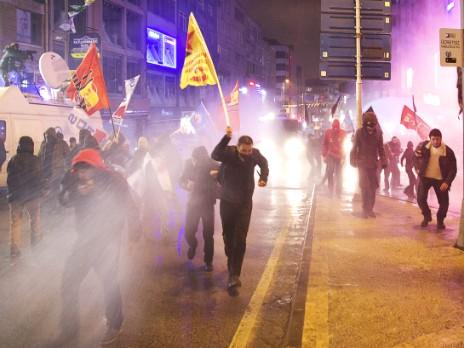 В Турции против демонстрантов применили газ, водометы и пули