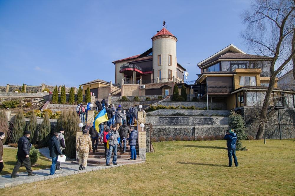 Активисты побывали в доме регионала Олейника (ФОТО, ВИДЕО)