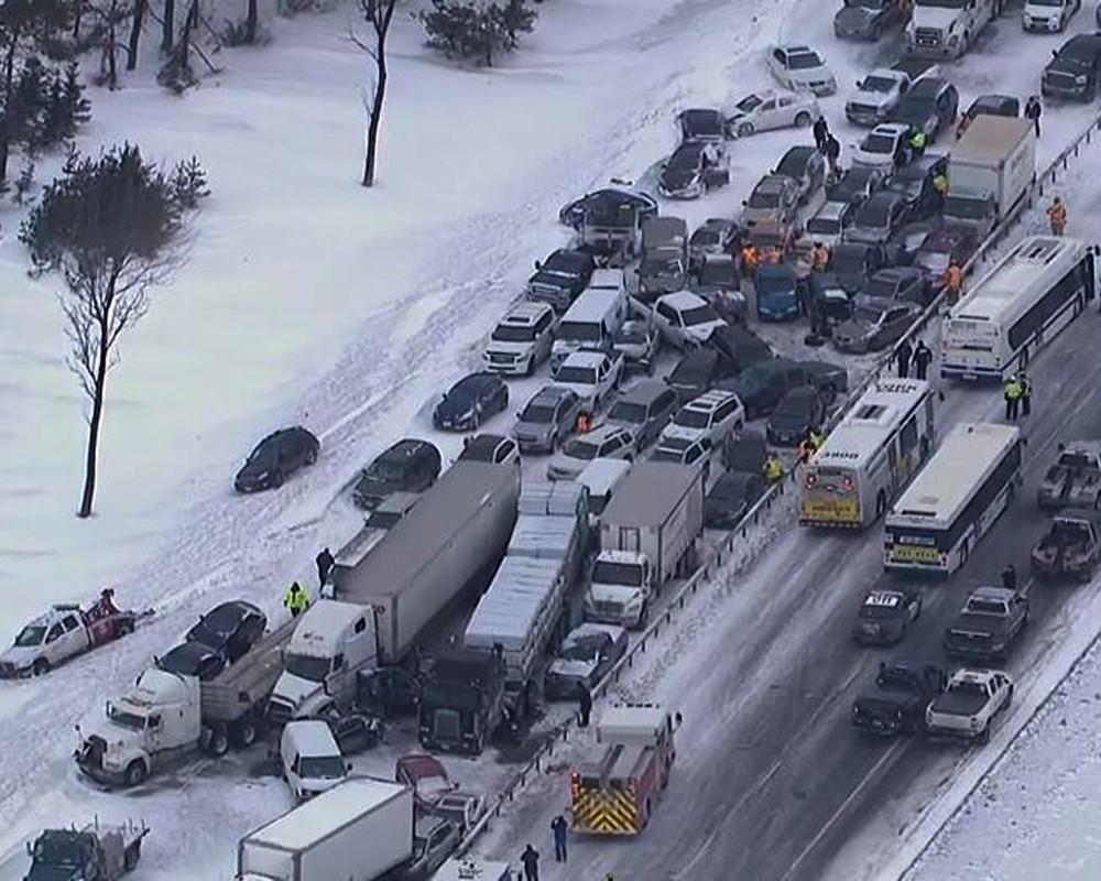 В Торонто из-за снегопада столкнулись около 100 машин (ФОТО)