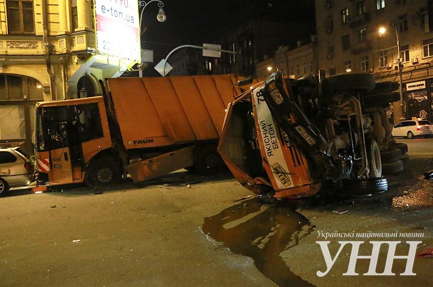В центре Киева столкнулись мусоровоз и бетономешалка