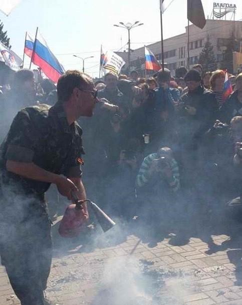 В Донецке пророссийские митингующие сожгли чучело Бандеры