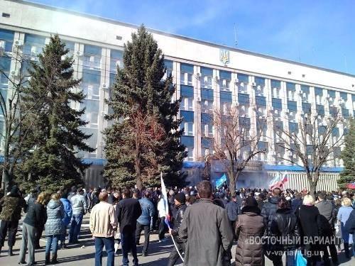 В Луганске захватили здание СБУ. Из входа валит дым (ВИДЕО)