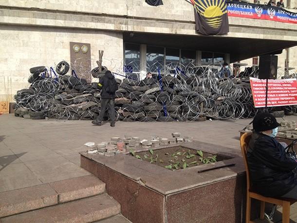 Митингующие в Донецке укрепляют баррикады вокруг ОГА. Фото