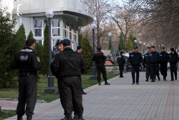 Здание СБУ в Донецке все еще заблокировано митингующими