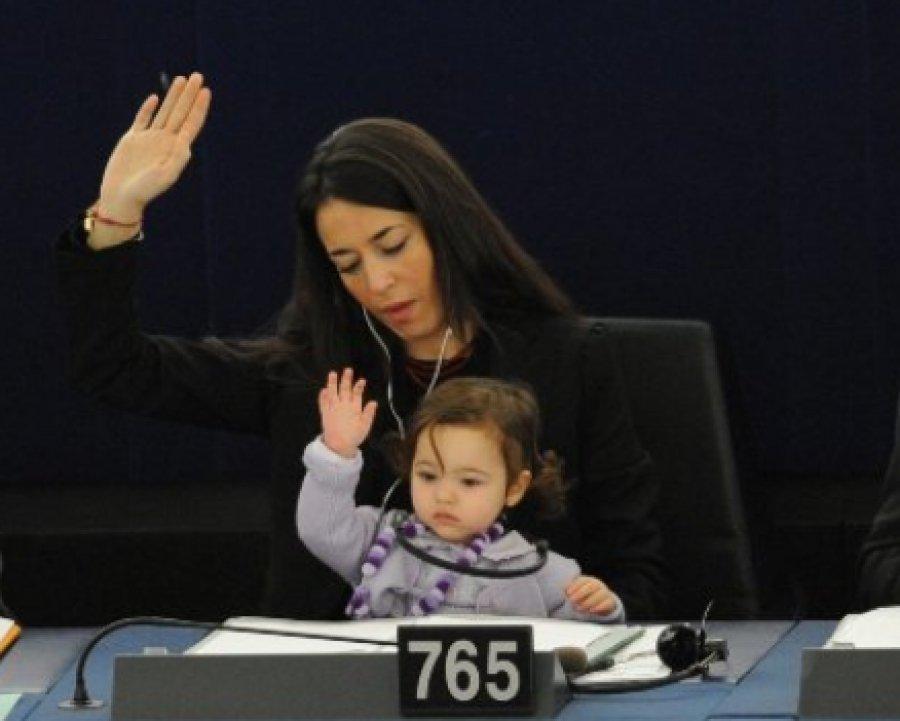 Фотохит: депутат ПАСЕ голосует вместе с 3-летней дочерью!