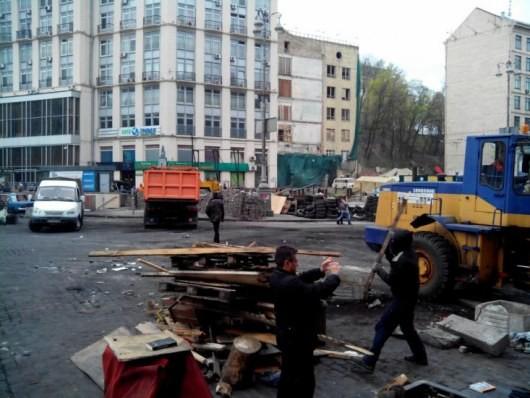 На Крещатике коммунальщики разбирают баррикады (ФОТО)