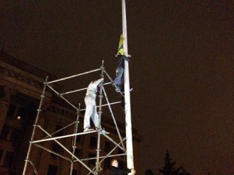 Одесситы сняли флаг РФ на Куликовом и повесили флаг Украины