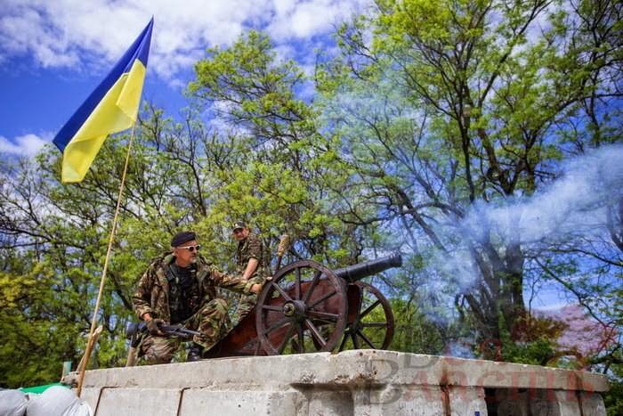 На блокпосту Запорожья установили казацкую пушку (ФОТО)