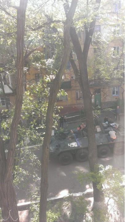 В Мариуполе с брошенной воинской части угнали БТР (ФОТО)