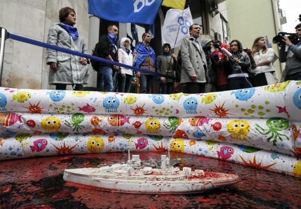 У посольства Франции в Киеве поставили бассейн с кровью.ФОТО