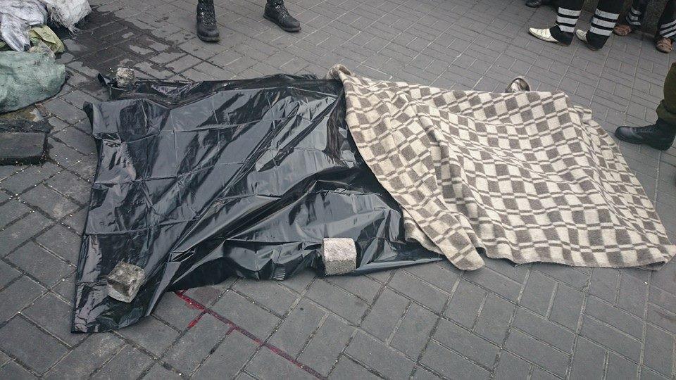 Мужчина на Майдане разбился, упав с моста (ФОТО)