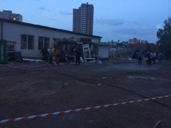 В Харькове кран упал на людей: есть погибший (ФОТО)