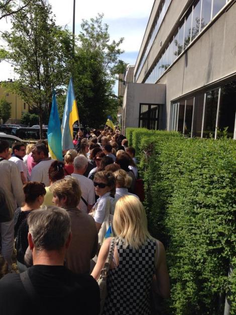 За рубежом на избирательных участках огромных очереди (ФОТО)