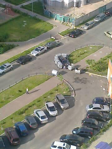 В киевском дворе авто заставили мусорными контейнерами. ФОТО