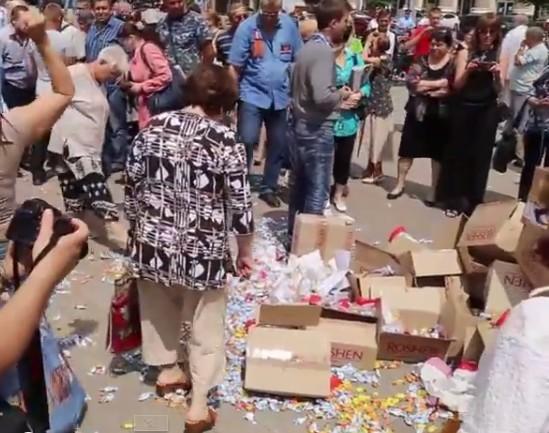 Бабули в Донецке разбили конфеты Порошенко (ФОТО, ВИДЕО)