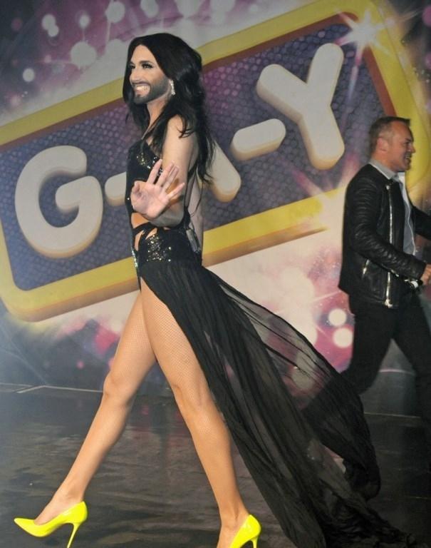 Кончита Вурст носит бесцветные платья и хвастается ножками