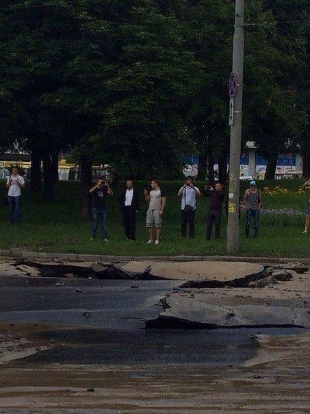 В Киеве из-за обвала асфальта сформировалась пробка (ФОТО)