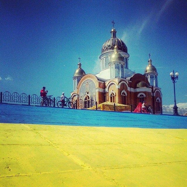 Большой знак Украины был замечен на бульварной в Киеве (ФОТО)