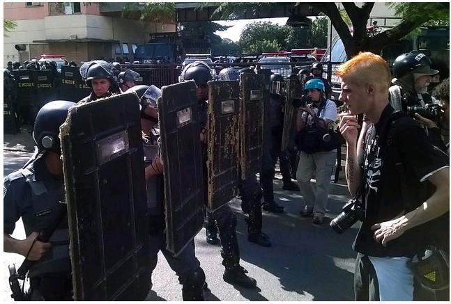 Демонстранты в Бразилии закрыли проезжую часть на спорткомплекс (ФОТО)