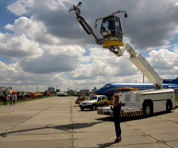 В Киеве началась выставка аэродромной автомобильной техники (ФОТО)