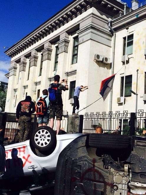 В Киеве представительство РФ закидывают взрывпакетами (ВИДЕО)
