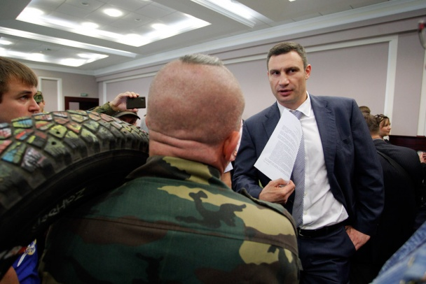 Функционеры Майдана принесли Кличко покрышку. Чтобы помнил (ВИДЕО)