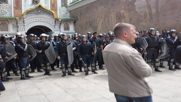 В Лавре функционеры блокируют крестовый ход против власти. ФОТО