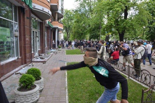 Как в Киеве разбивали отделение «Сбербанка России». ФОТО+ВИДЕО