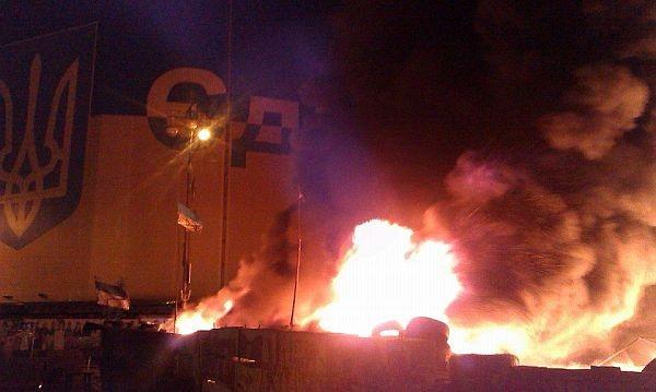 Пожар на Крещатике: Cгорела заграждение около ЦУМа (ВИДЕО)