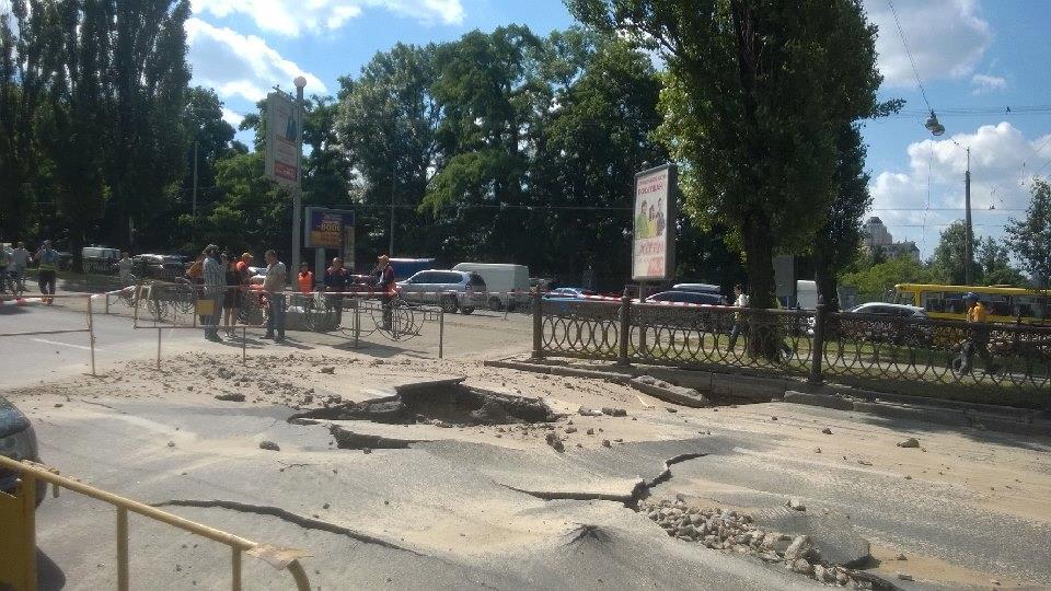 ФОТО: В центре Киева на бульваре Актау сорвался асфальт