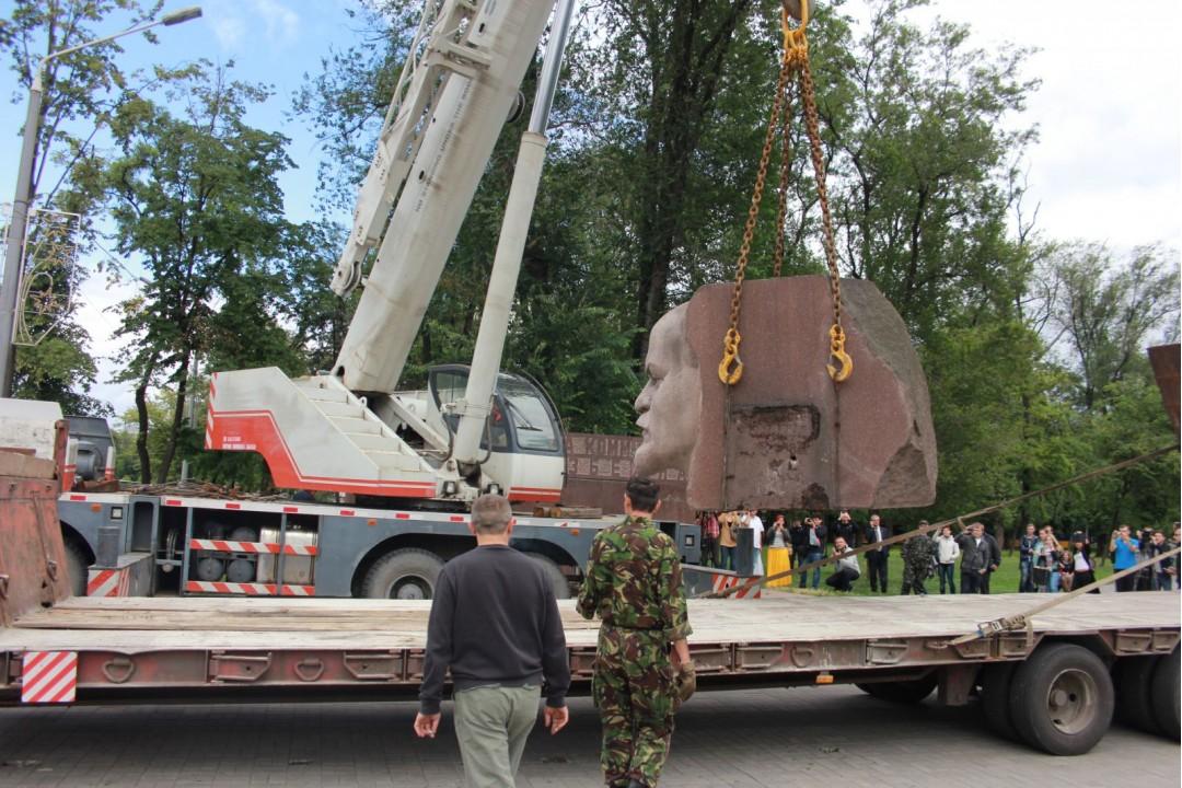 ФОТО: В городе Днепропетровск демонтирован заключительный Ленин