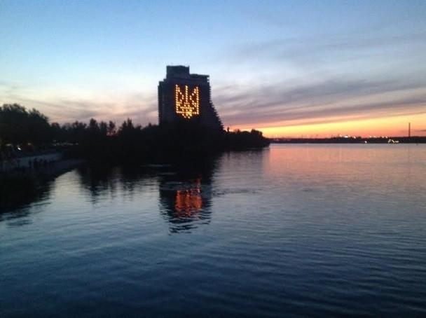 В городе Днепропетровск зажгли крупнейший герб Украины (ВИДЕО)