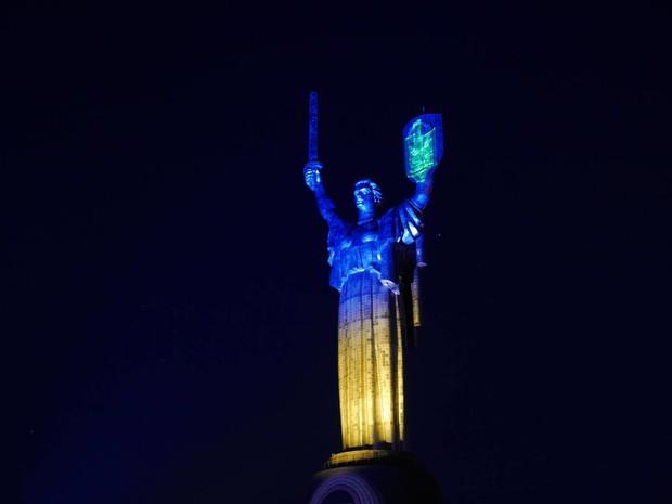 """Родину-мать в Киеве """"окрасили"""" в государственную символику"""