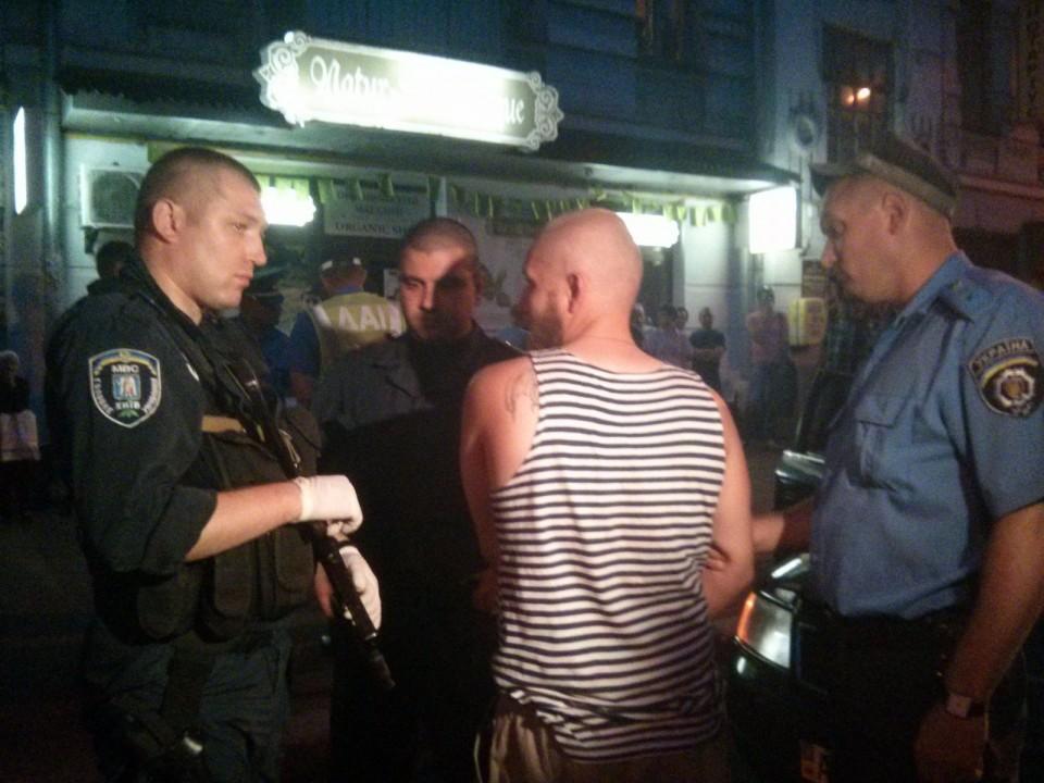 ФОТО: В Киеве заключено авто с вооруженными мужчинами