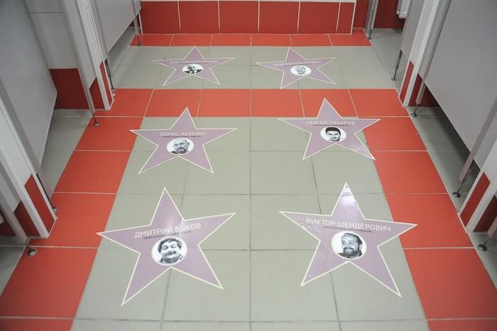 Туалет Киевского вокзала Города Москва украсили фото противников Кремля