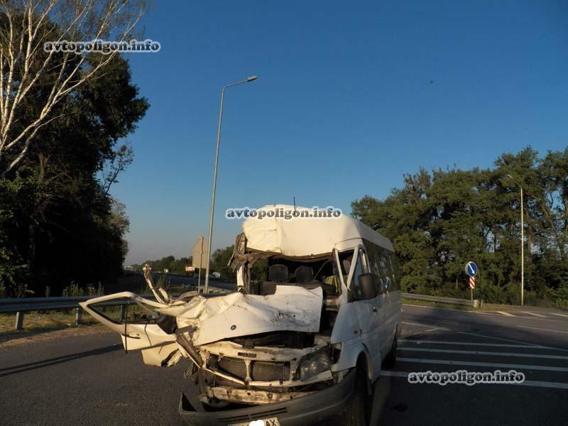 ФОТО: Под Киевом маршрутка врезалась в самосвал