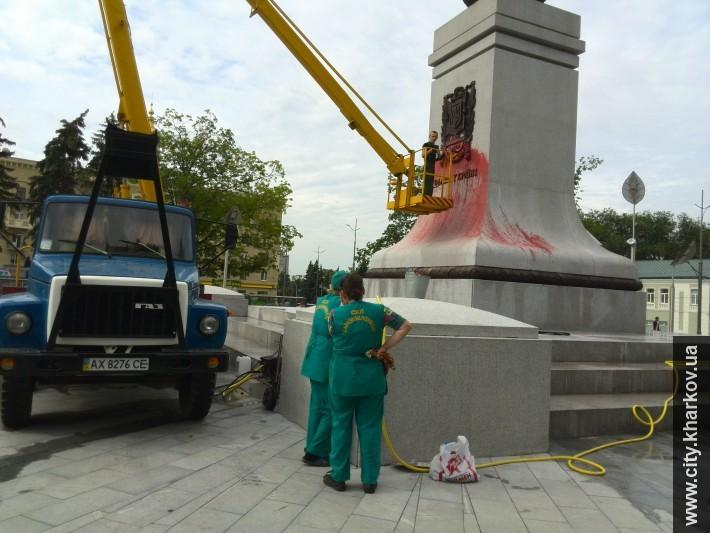 Монумент Самостоятельности Украины в Харькове окатили краской