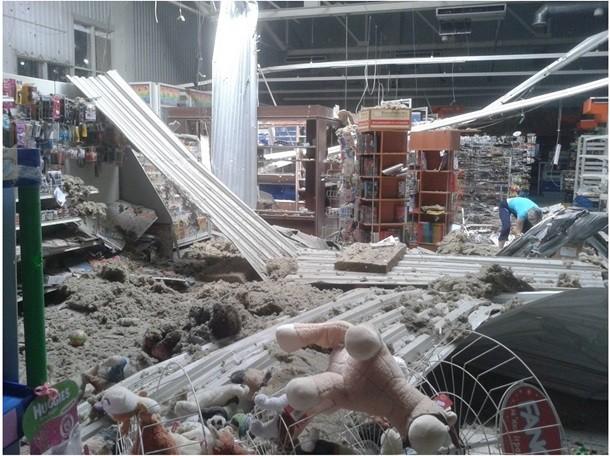 ФОТО: В магазин в Луганске попал снаряд
