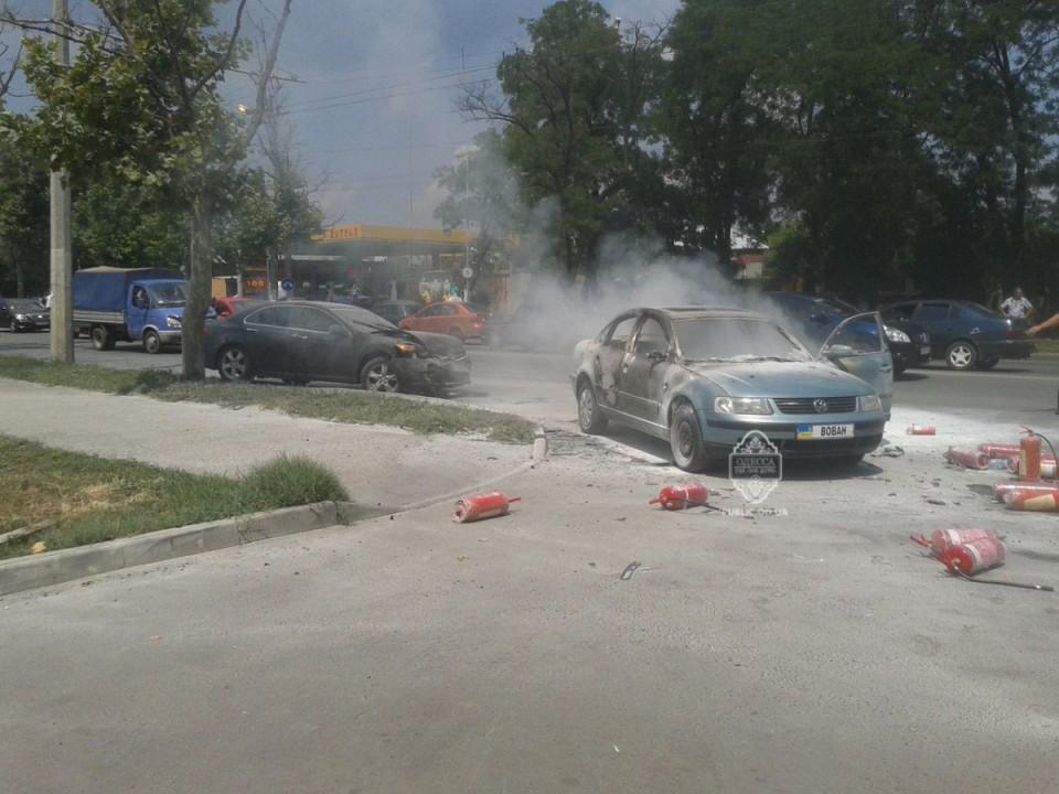 ФОТО: В итоге ДТП в Одессе одна автомашина подорвалась