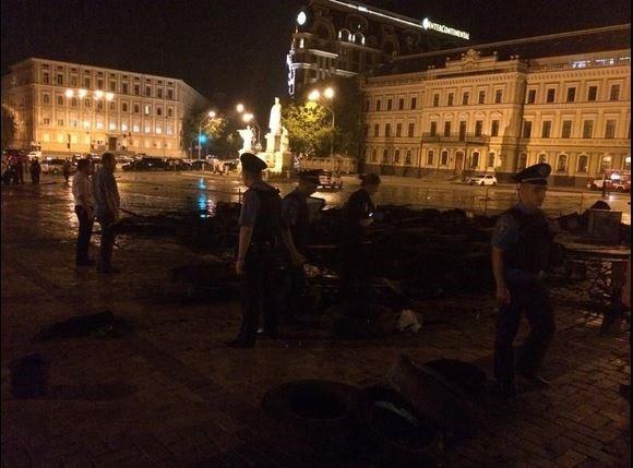В Киеве на Михайловской площади сожгли палатки Евромайдана