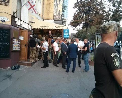 В Киеве не известные старались завоевать Московское кафе. ВИДЕО