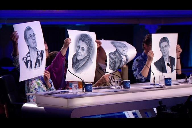"Участники ""Х-фактора 5"" презентовали арбитрам портреты и бутылку"