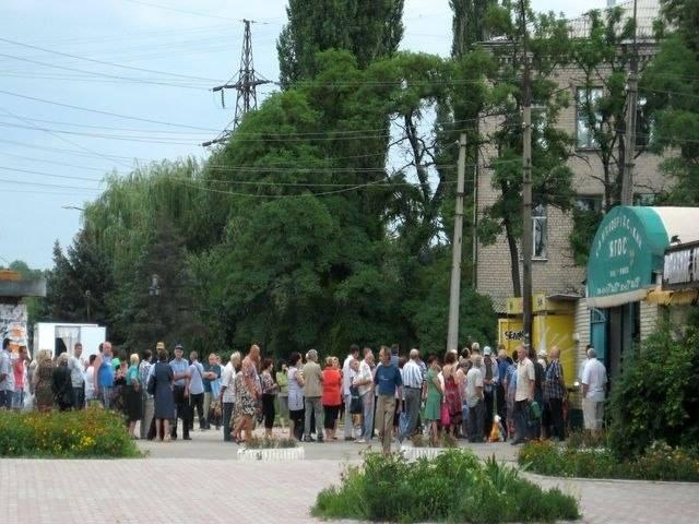 ФОТО: Ворошиловград сегодня: километровые очереди за хлебом