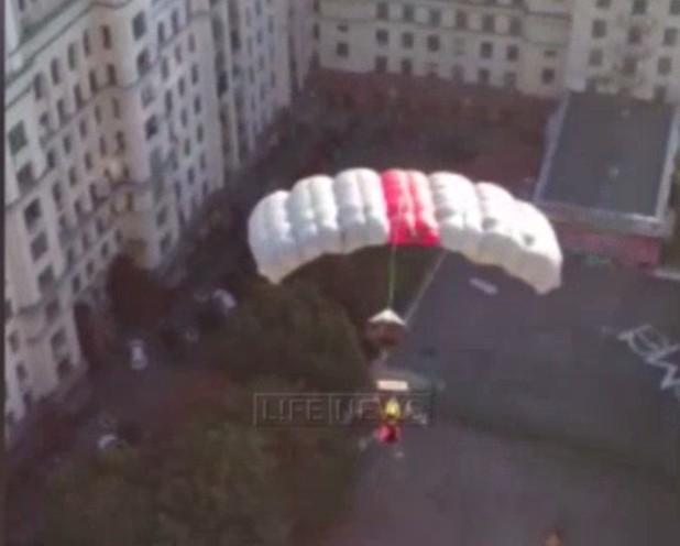 ФОТО:Подвесивший знак Украины в городе Москва опустился  на парашюте