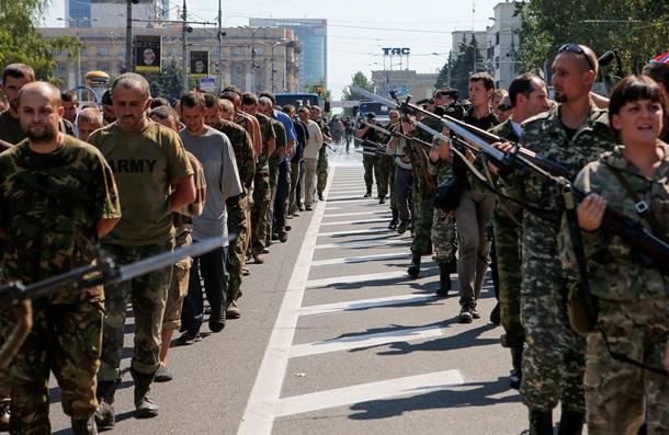 """О """"параде"""" захваченных российских солдат в Донецке (ФОТО, ВИДЕО)"""