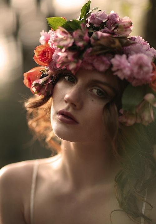 20 очаровательных молодых женщин с цветочными венками (ФОТО)