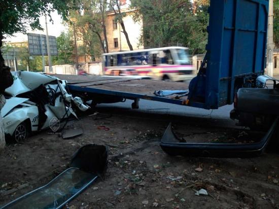 ФОТО: В Одессе канистра разворотила стоящие легковушки